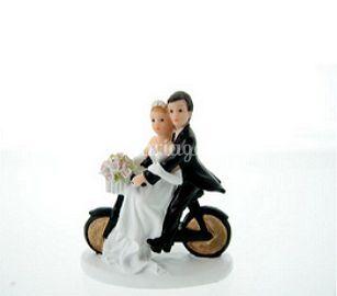 Couple de mariés sur un vélo