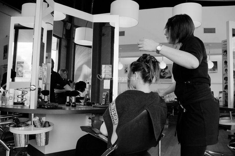 La demoiselle d'honneur se fait coiffer
