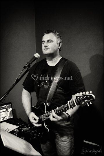 Le guitariste aussi