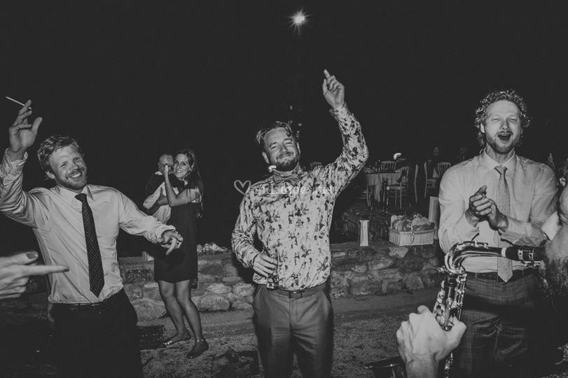 Marié festif devant le saxo
