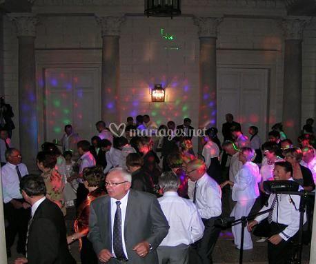 Les invités dansent