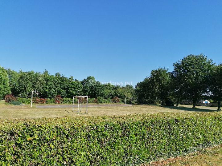 Le jardin, le terrain de foot.