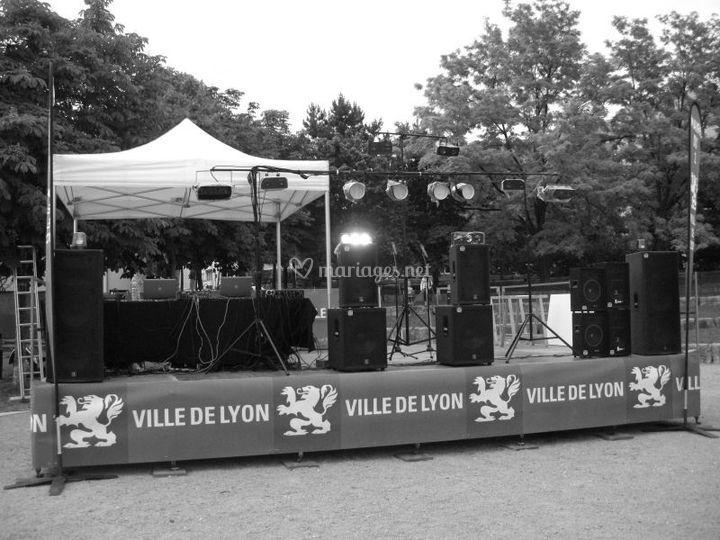 Exemple de podium monté pour un bal populaire à Lyon (Forfait IBIZA)