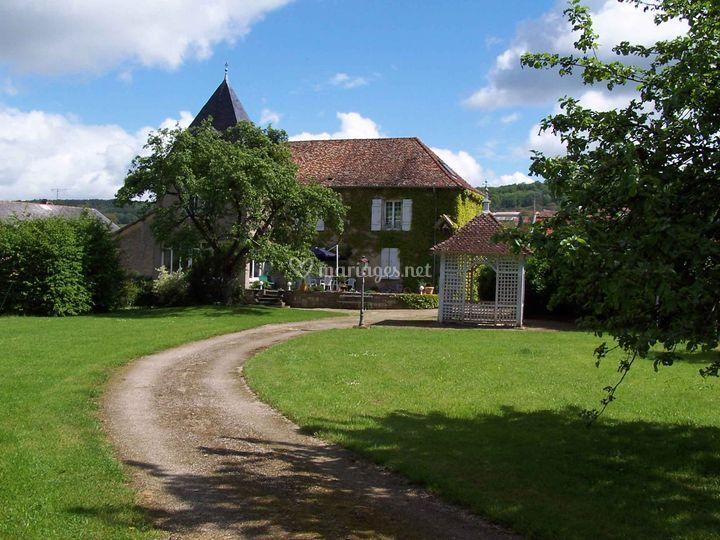 Le parc par l'entrée du chateau sur Domaine du Feyel