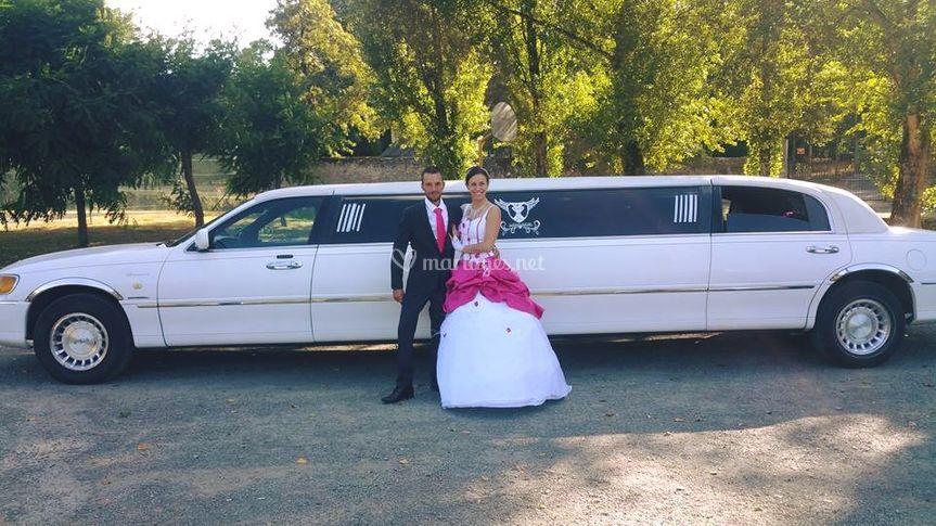 Les mariés devant la limousine