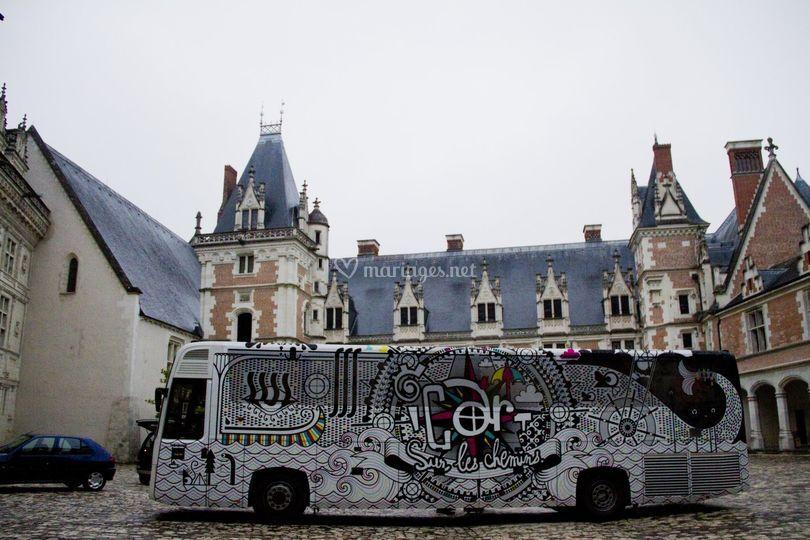Bus dans la cour du chateaux