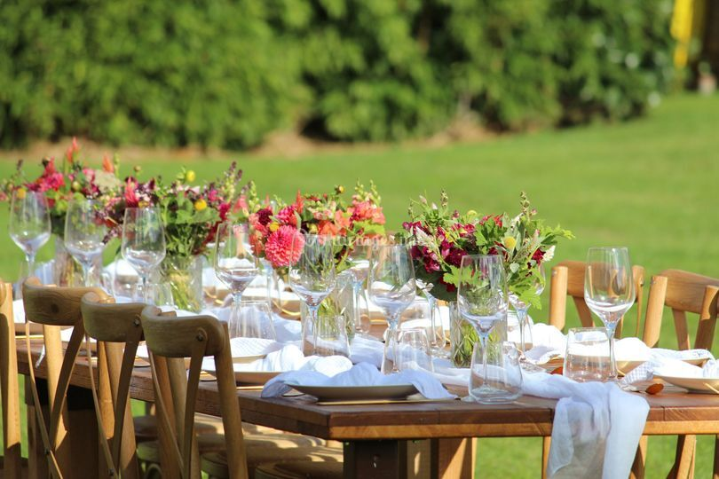 Tables bois et dahlias
