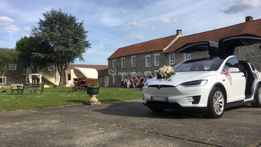 Tesla Model X avec bouquet