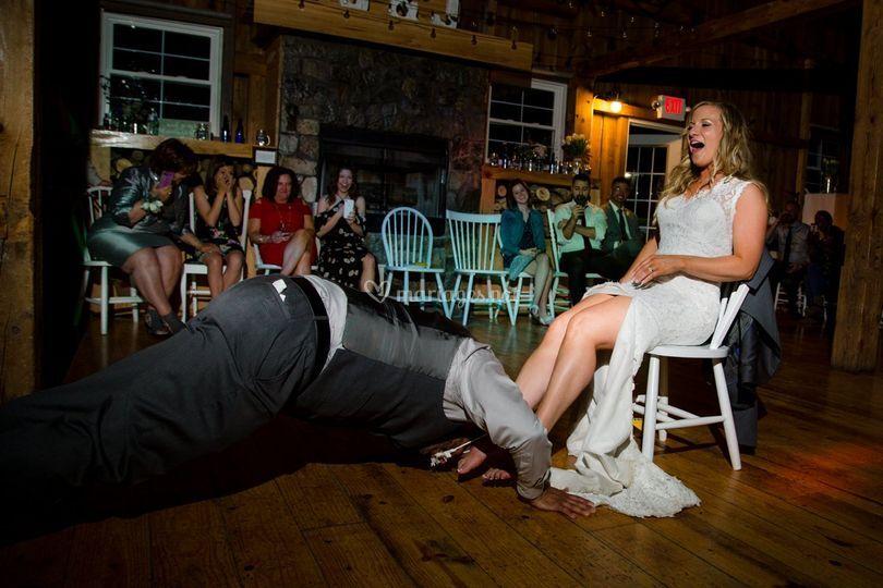 Le marié enlève la jarretière