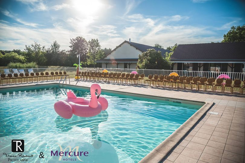 Parc avec piscine