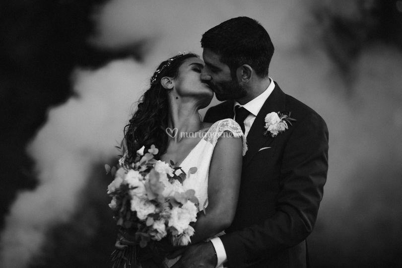 Couple noir et blanc fumigènes