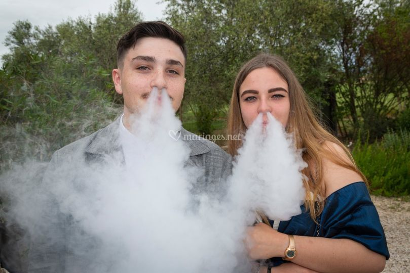 Invités de mariage qui fument