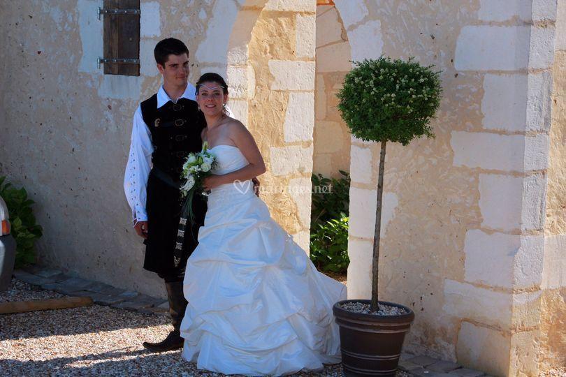 Mariés devant le portail