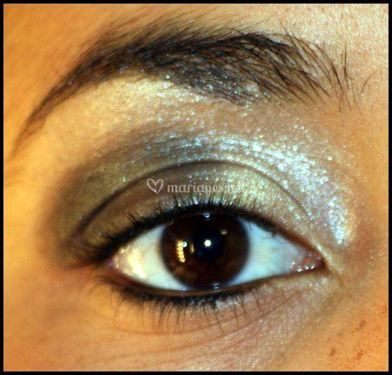 Maquillage sophistiqué dans les tons doré