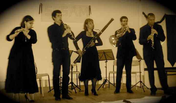 Quintette Opus V debout sur la scène