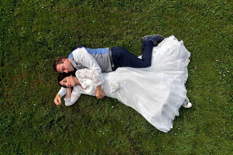 Couple de mariés alongés