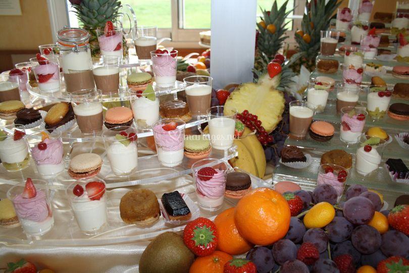 Buffet de desserts multicolores