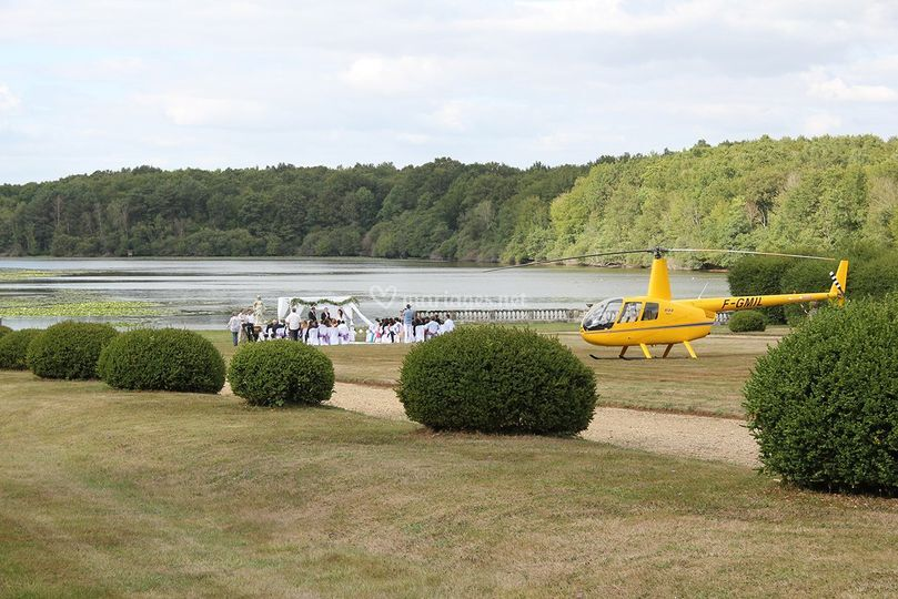 Arrivée mariés en hélicoptère