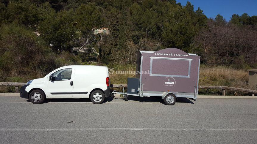 Voiture et remorque food truck