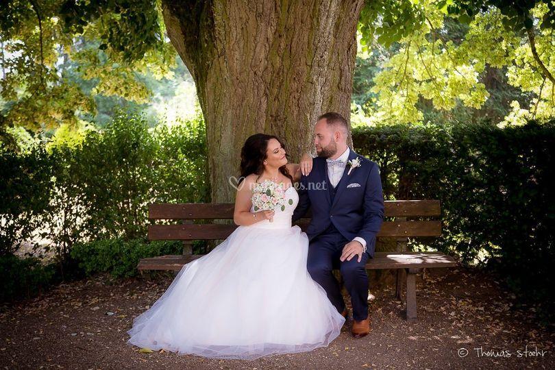 Photo de couple sous un arbre