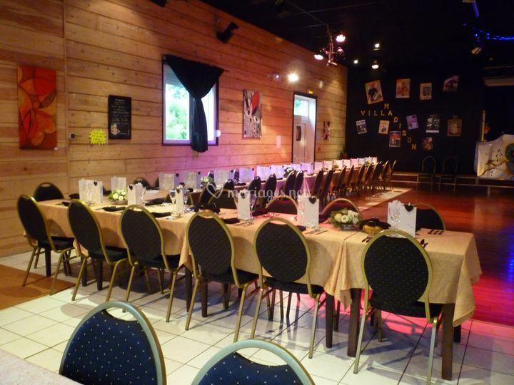 Salle avec table dressée