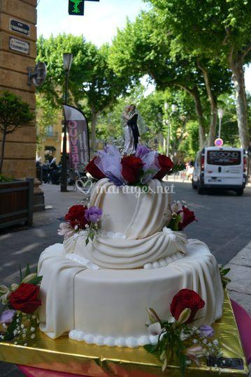 Wedding cake et fleurs fraîche