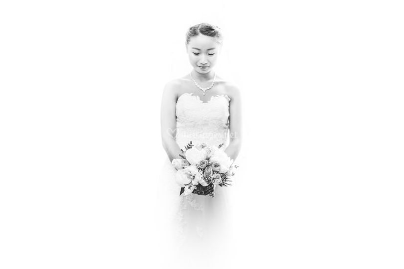 Mariée avec robe et bouquet