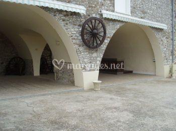 Arches dans le corps de ferme pour vins d'honneur
