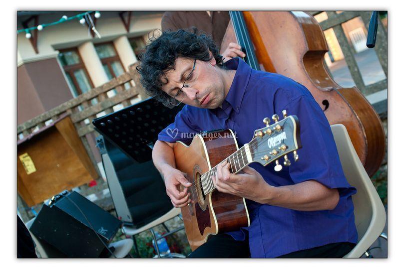 Denis à la guitarre