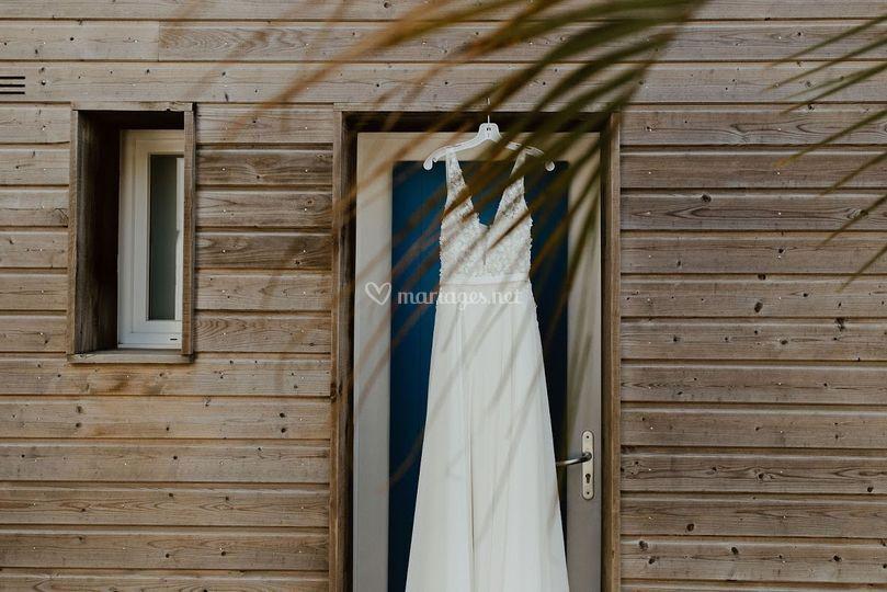 Robe de marié devant la maison