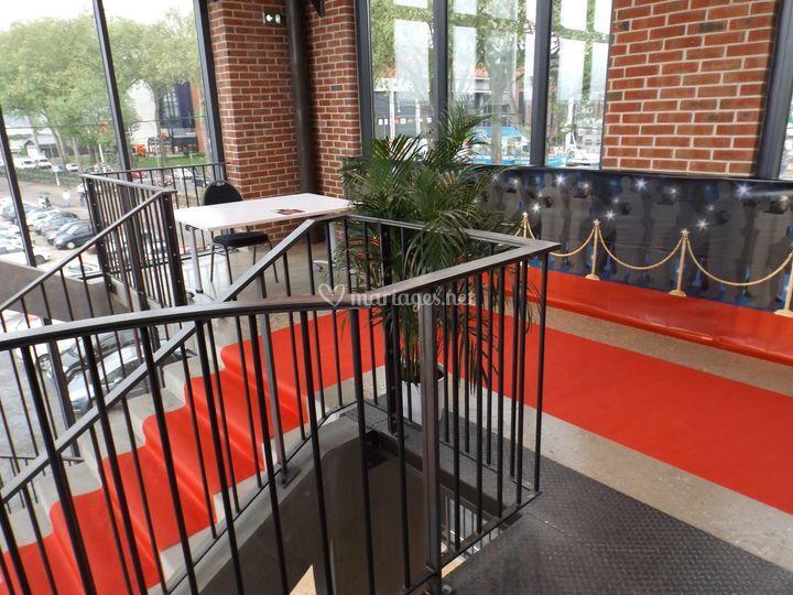 Escalier et tapis rouge