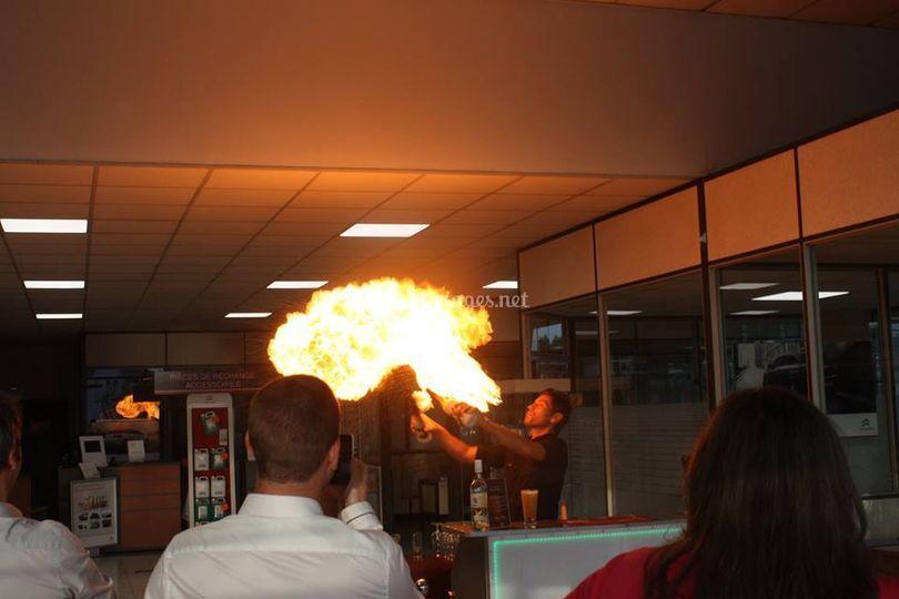 Barman jongleur et cracheur de feu