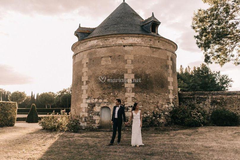 Mariés devant le pigeonnier