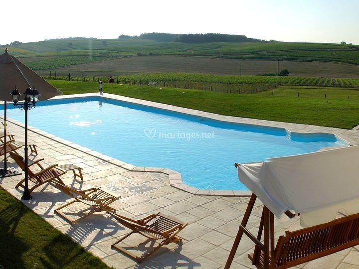 La piscine face aux vignes