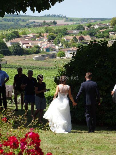 Les mariés au milieu des vigne
