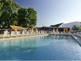 Vue sur la piscine et l'hôtel
