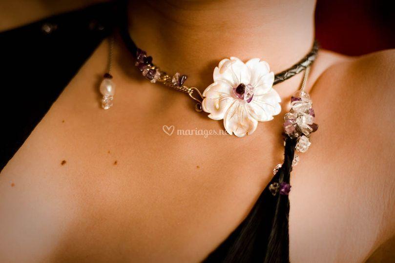 Collier/bracelet composé de nacre, d'amethystes, de grenat, et de cristaux de roche