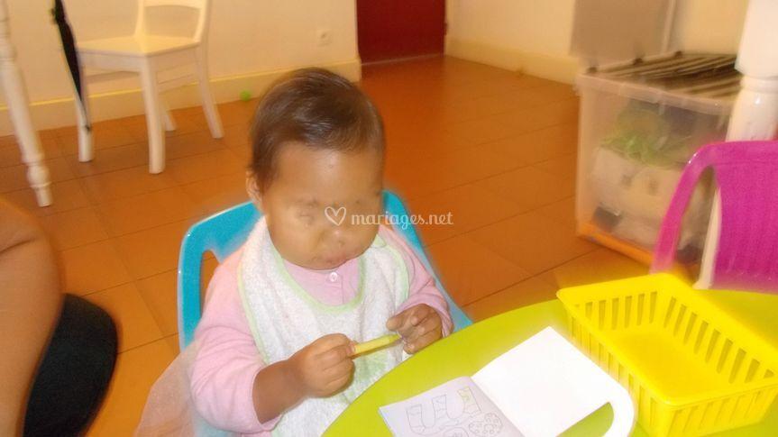 Petite poupée très concentrée