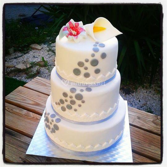 Gâteau gris et blanc