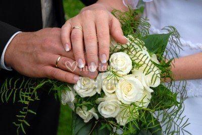Bouquet rond de roses blanches