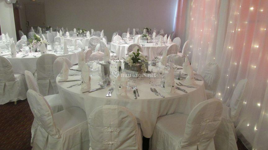 Table avec décoration blanche