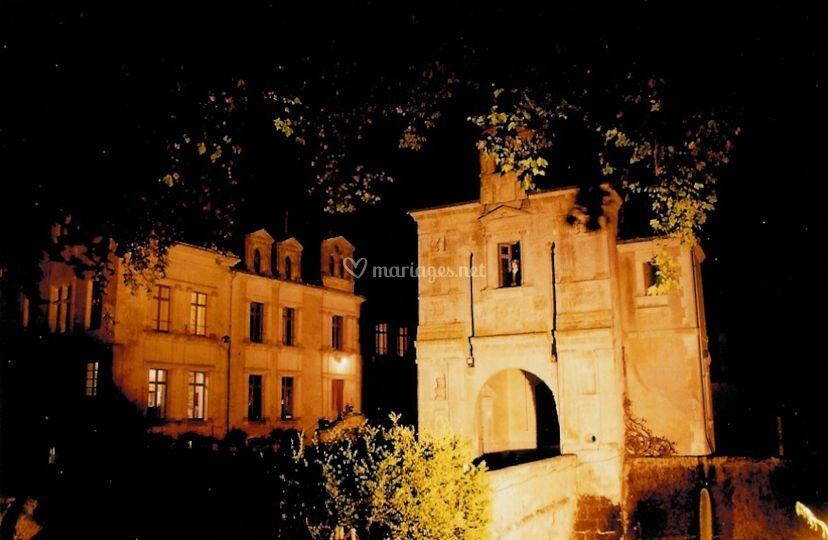 Porche du château de nuit