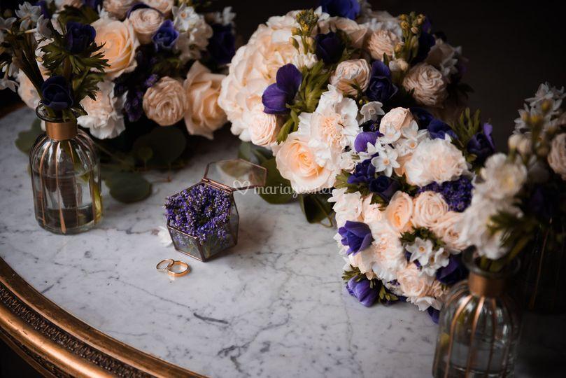 Détail floral et alliances