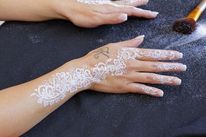 Préparatifs, décor des mains