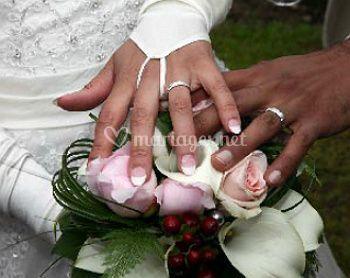 Les mains et les anneaux de mariage