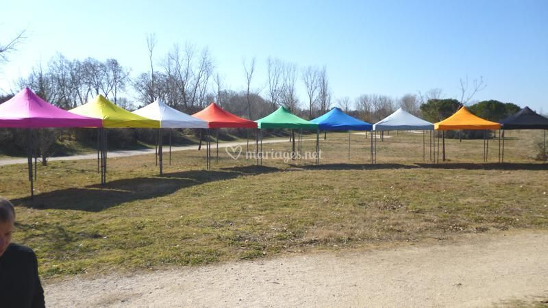 Couloir de tentes multicolores
