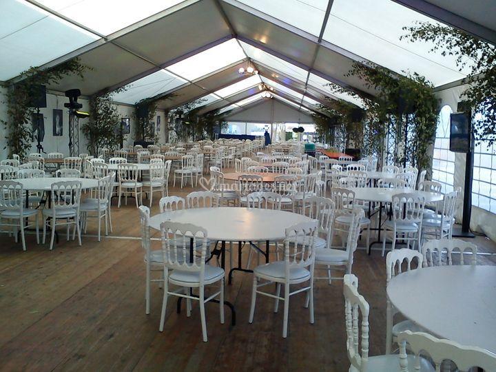 Inrérieur d'une Structure  avec tables rondes +Chaises Napoléon Blanche
