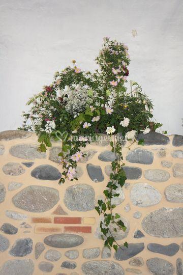 Souche ornée de fleurs