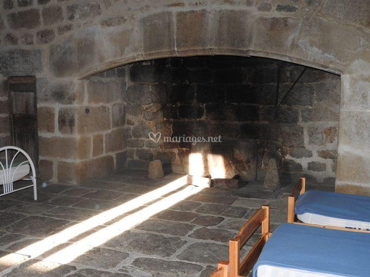 Grande cheminée en pierres