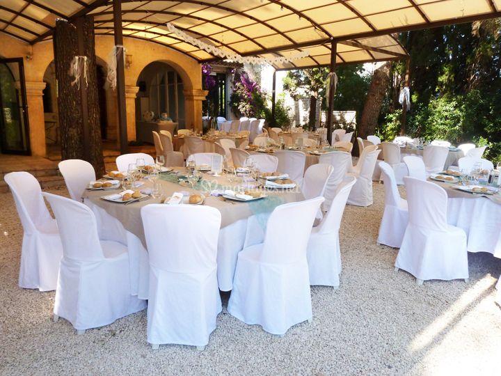 Tables mariage sous pergola